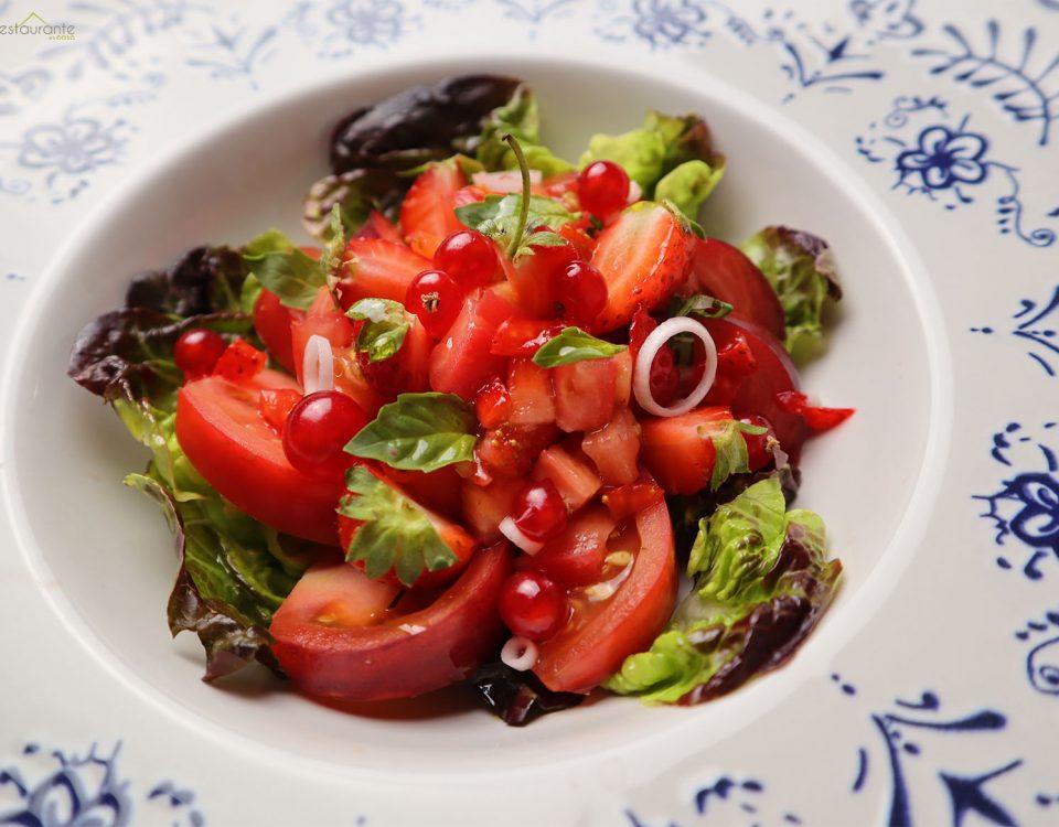 ensalada de tomates y fresas - tu restaurante en casa